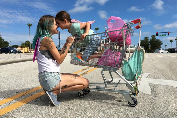 ディズニー・ワールドの隣でその日暮らしの生活を送る母娘 映画「フロリダ・プロジェクト 真夏の魔法」4/17(水)に放送!